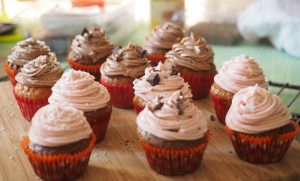 Cupcakes glaçage framboise et chocolat