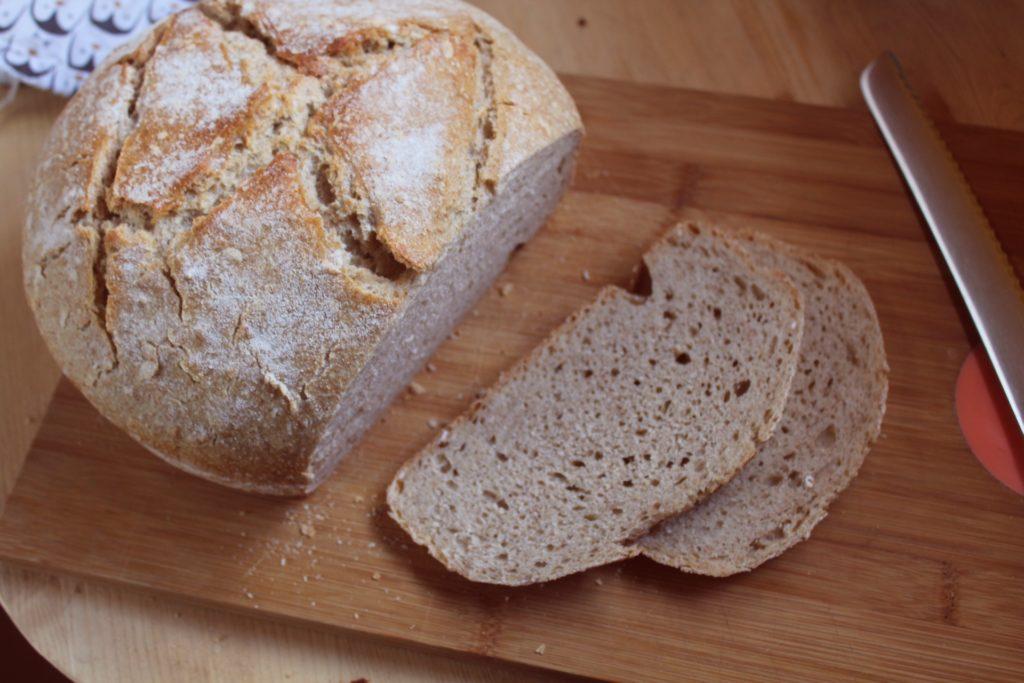 Je suis passée à la vitesse supérieure : un pain de 800 g :D  C'est un format plus adapté à la taille de la cocotte que j'utilise
